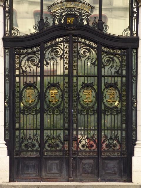 Portail de l'entrée principale des thermes Pellegrini